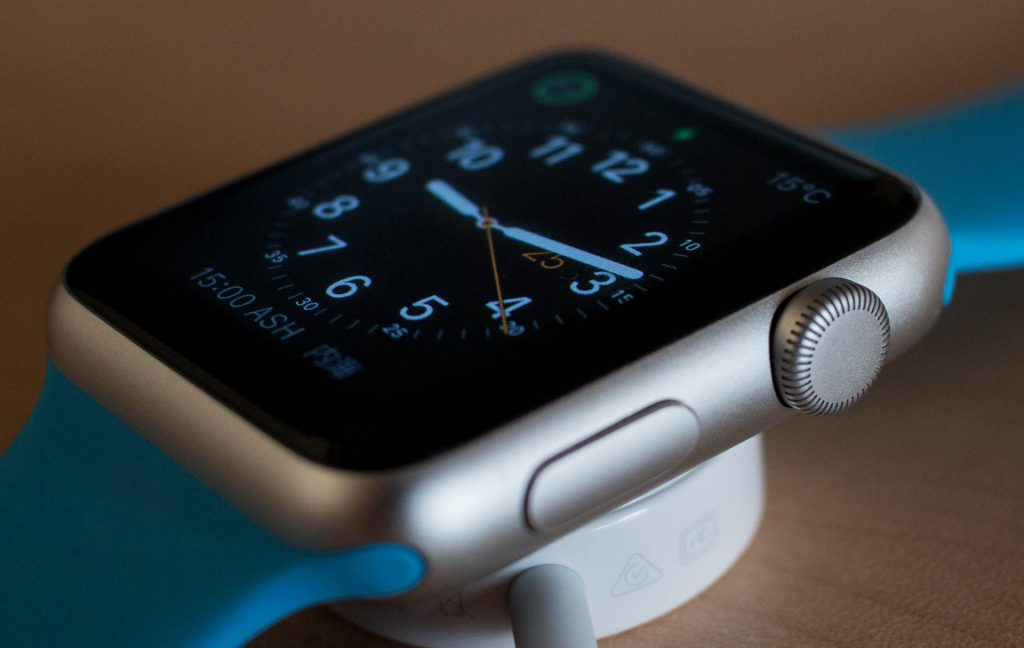 Apple Watch som ligger til lading